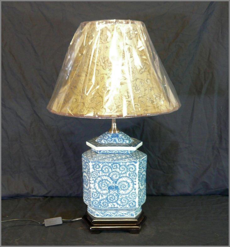 lampe chinoise en porcelaine meubles art d co lampe tiffany fauteuil baroque vase m dicis. Black Bedroom Furniture Sets. Home Design Ideas