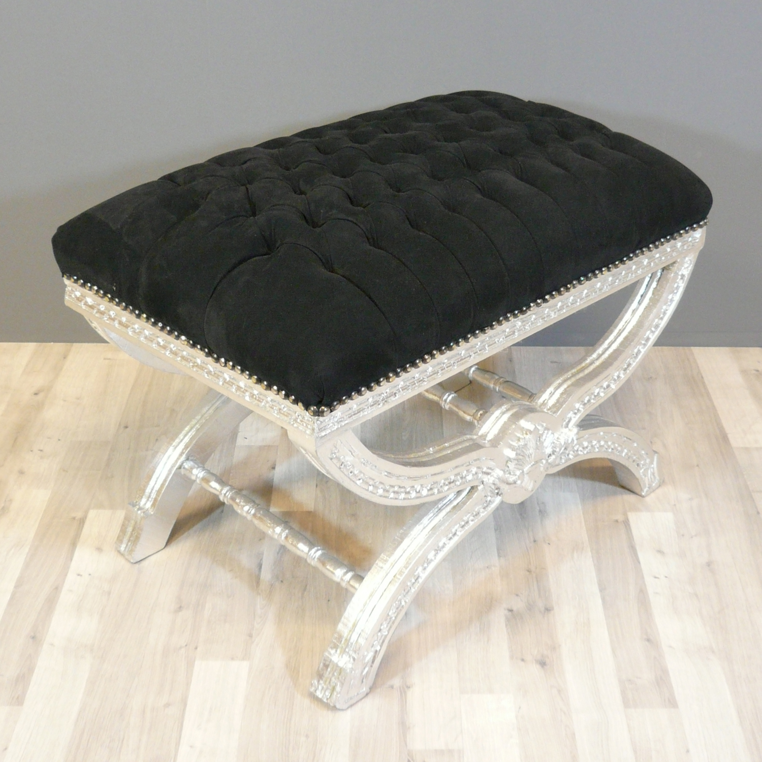 pouf baroque noir capitonn canap baroque chaise baroque. Black Bedroom Furniture Sets. Home Design Ideas