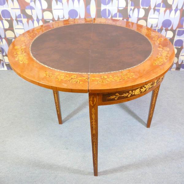 Table jeux style louis xvi meubles art d co lampe for Table 6 jeux en 1