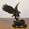 Eagle posing - statue in bronze