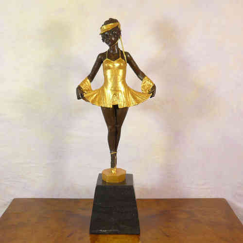 Young dancer to ballet shoes - Bronze sculpture