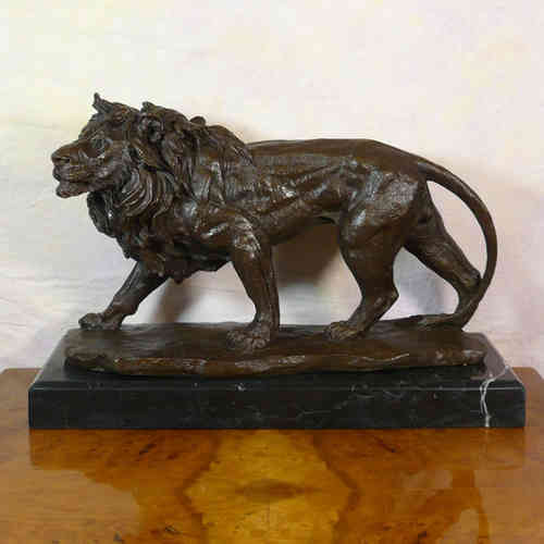 Lion en marche dans la jungle - Statue en bronze