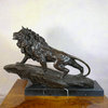 Sculpture en bronze d'un lion sur un rocher