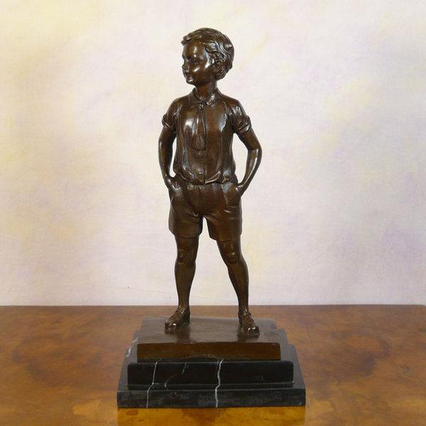 The boy in shorts - Art deco bronze statue - Sculptures