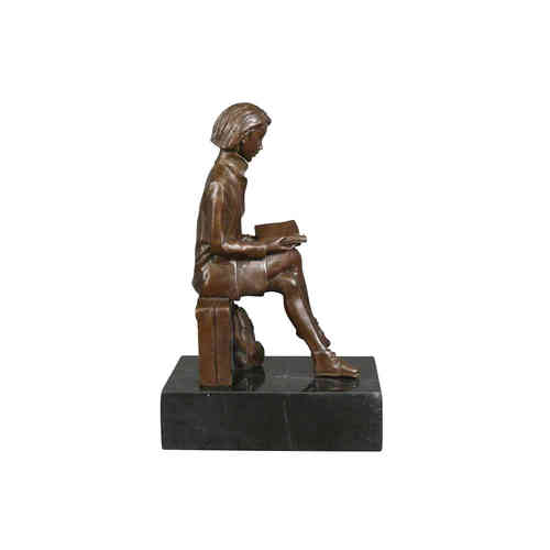 Bronze sculpture of the traveler